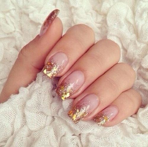 Gold glitter nail-art