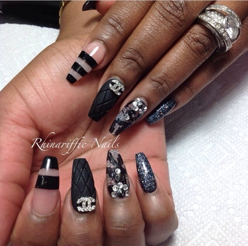 Black nail-art @rhinarifficnails